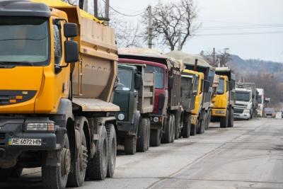 ВДнепре бастуют водители фургонов: они перекрыли дорогу