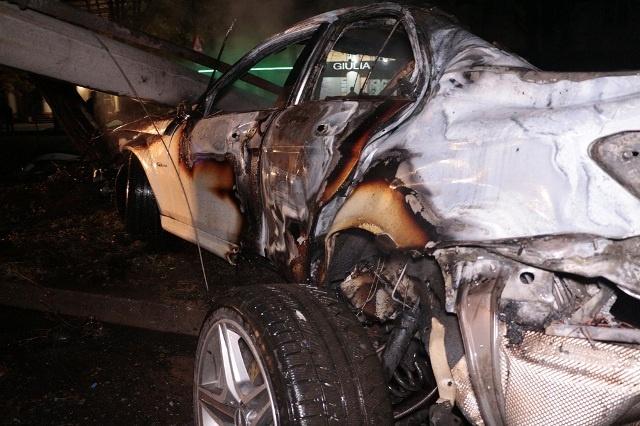 ВДнипре машина, убегая от милиции, снесла столб исгорела дотла